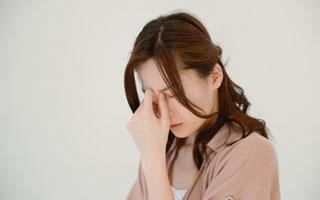 頭痛痛みで苦しむ女性