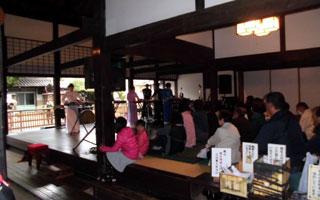 本陣内で開催された大正琴の演奏