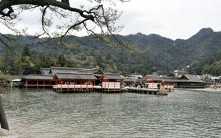 潮が満ちてきた厳島神社