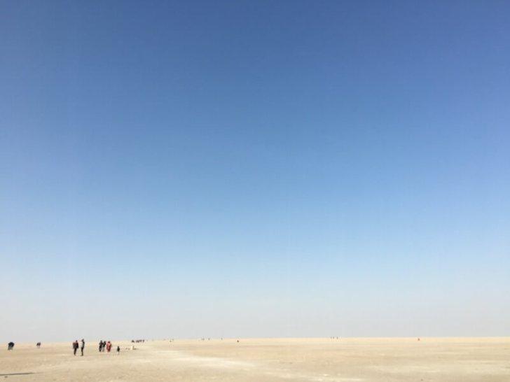 晴れ渡る白砂漠と小さな人々