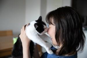 ネコちゃんと飼い主さんの横顔アップ