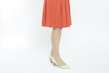 スカートのベルトの使い方しだいで、印象は大きく変わる!