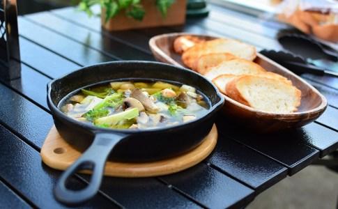 おうちでつくるキャンプ飯♬スキレットでアヒージョ!フランスパンを添えてワインやビールのお供に。