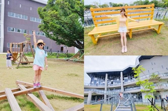 台南免費新景點【台江文化中心】繽紛巨型椅x戶外親子遊戲場~還有圖書館和咖啡