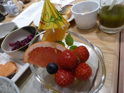 かわいい傘の飾りが付いているフルーツ。