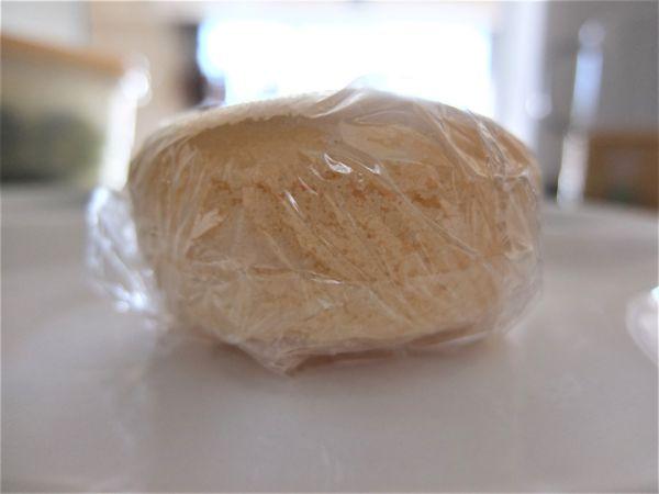 もちもち米パンをラップで包んだところ