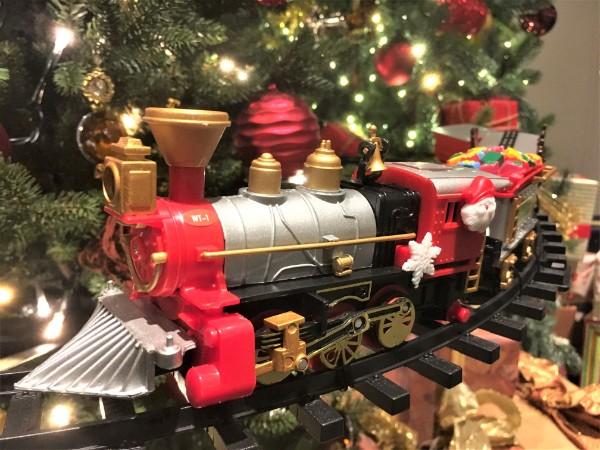 クリスマスツリーの周りを走る機関車(オブジェ)