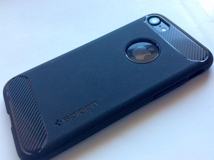 Spigenラギッド・アーマーをiPhone7に装着してみた-背面