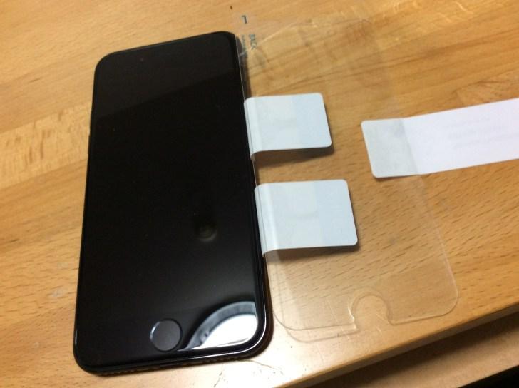 iPhoneとAnkerのガラスフィルムのホコリを取る2