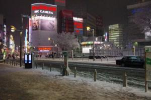 大雪の中の帰宅ラッシュが落ち着いた新宿駅東口