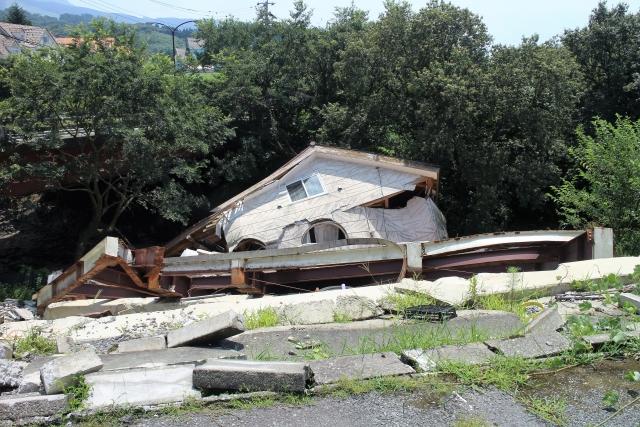 建物が崩れる