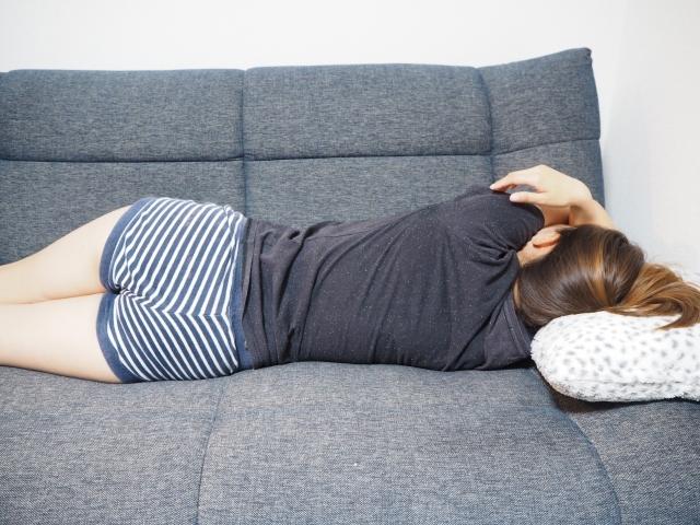ソファーで眠る