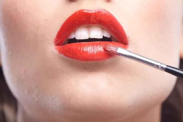 濃い口紅を塗った唇