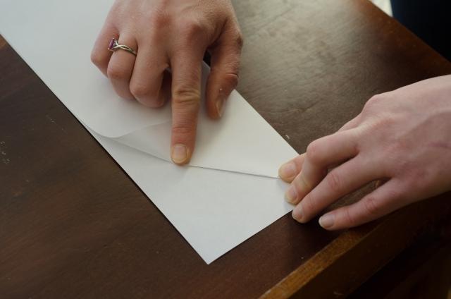 紙飛行機を折る