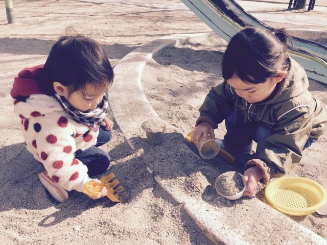 誰かと砂遊びをする