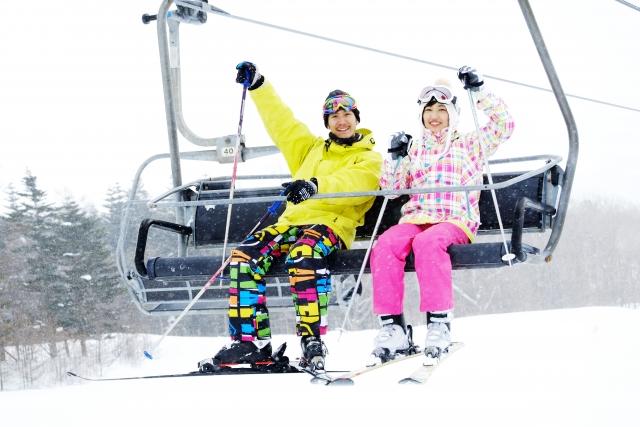 恋人とスキー・スノーボードを楽しむ