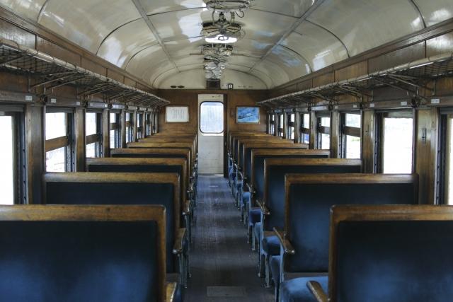 汚れてボロボロの電車