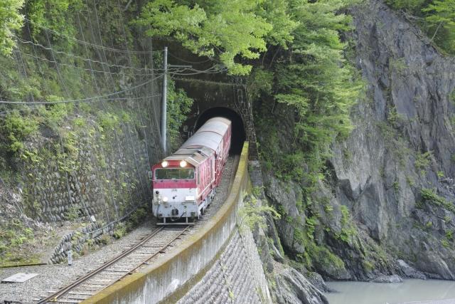 電車がトンネルに入る