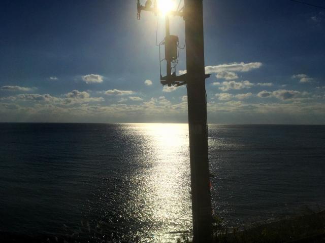 電車から海などの景色を見る