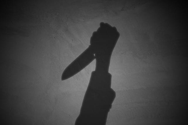 誰かにナイフを突きつけられる