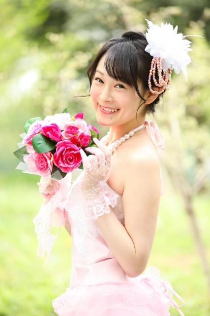 ピンク色のウェディングドレスを着る