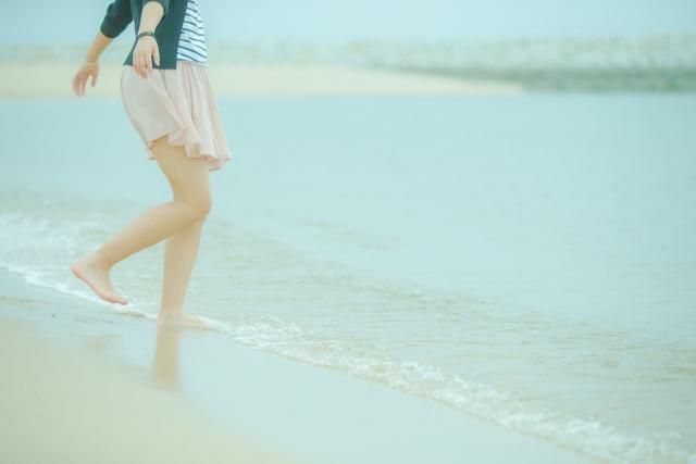 砂浜を裸足で歩く
