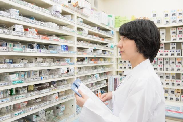 薬局で薬の調合をする