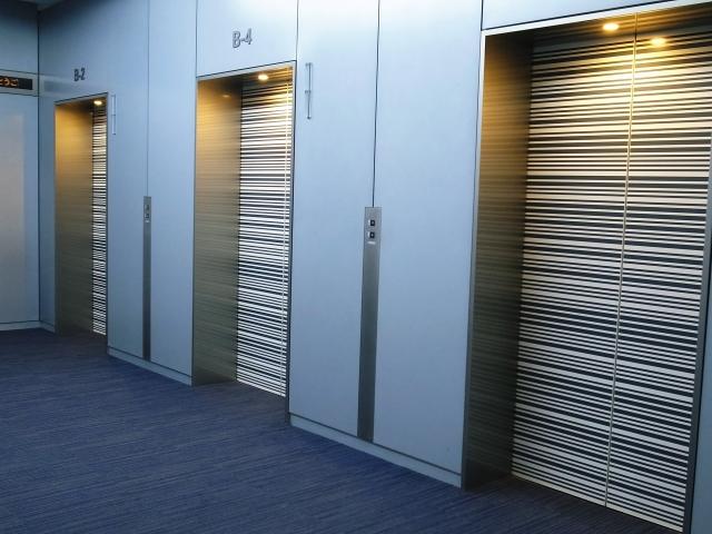 豪華で広いエレベーター