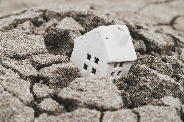 土砂崩れで家が埋もれる