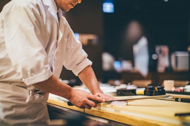 寿司屋にいる