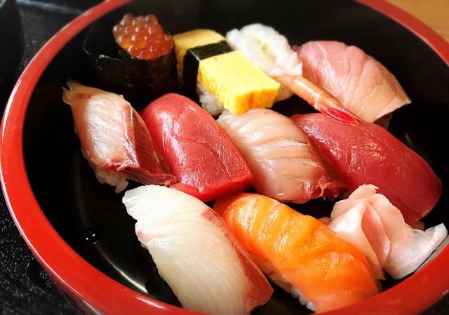 寿司を誰かにおごる