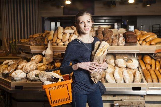 パン屋で買ったパンを抱える