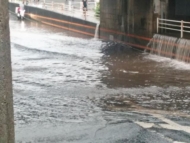 洪水で道路が冠水してしまう