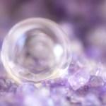 水晶玉を見ている
