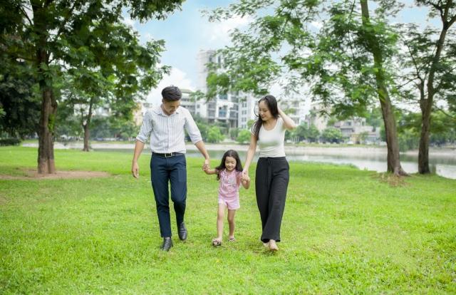 家族と手をつなぐ