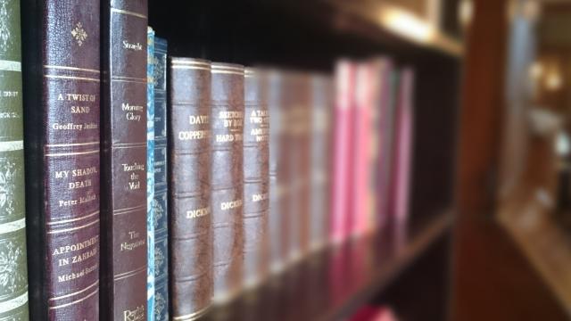 本棚に古い本が並んでいる