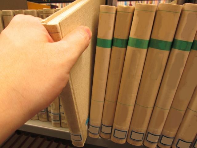 本棚に本を並べている