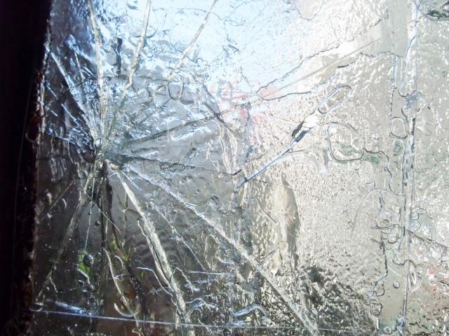 窓ガラスを割る
