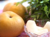 梨を食べる