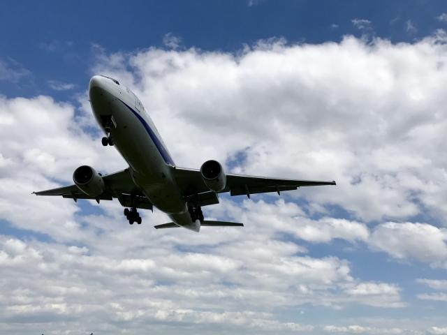 空に飛行機が飛ぶ