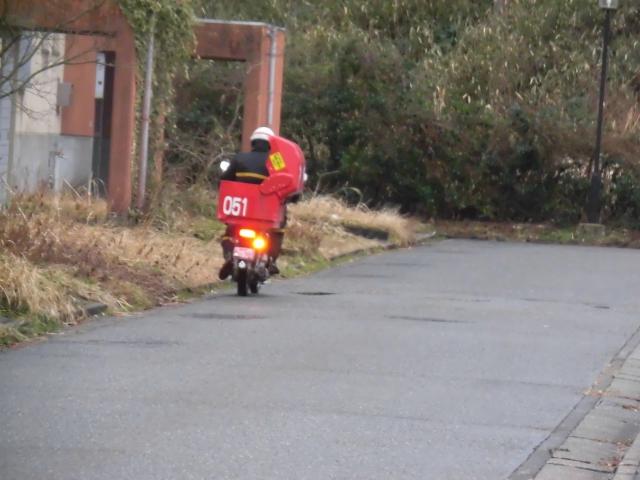 郵便配達人が家の前を通り過ぎる
