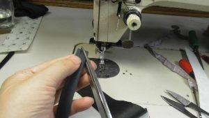 布ループの輪のほうを三角に切り落とす