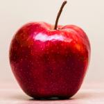 真っ赤なリンゴが空に向かって飛んでいく