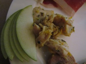 Grilled chicken salad with mandarin & apple with aromas of saffron