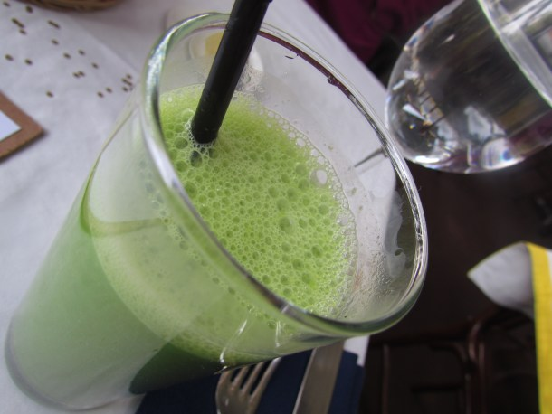 Spinach, apple and yoghurt juice