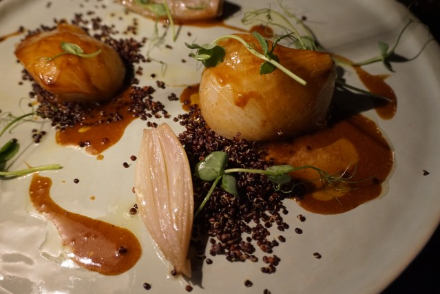 restaurante el pla Hinojo en salsa de carne y quinoa negro.