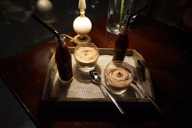 Restaurante El Pla Mousse de chocolate con crumble de cacao. Arándanos y limón simulando una mini botella de refresco de cola