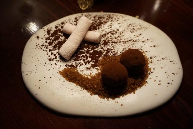 Restaurante El Pla Petit Fours. Trufas de Choccolate y Nubes de yogur y frutos Rojos.