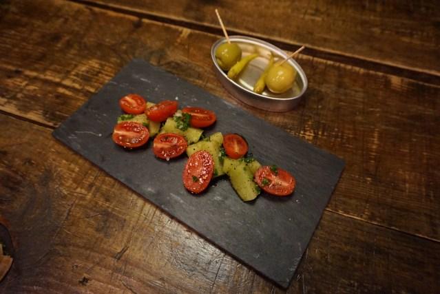 Le Bouchon Harry Wieding Ensalada de pepinos de Alella en encurtido japonés y Tomate Cherry