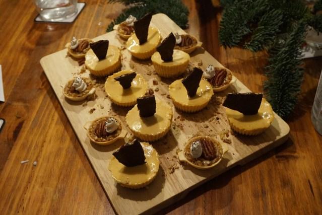 Pumpkin de Cheesecake con galleta de jengibre y unas Tartaletas de nueces de Pecán.